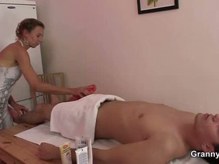 70 years стар masseuse takes то от зад
