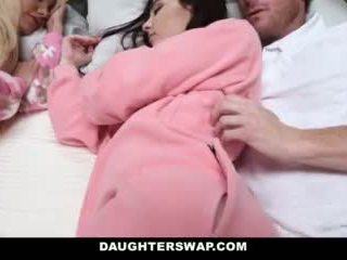 Daughterswap - daughters 性交 中 slumberparty
