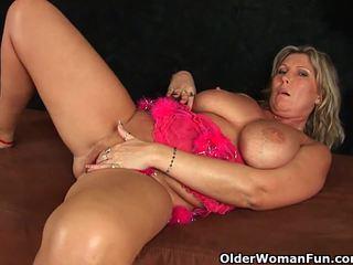 Corpulent rijpere mam met groot tieten masturbates