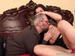 Vecchio men vs giovanissima ragazze
