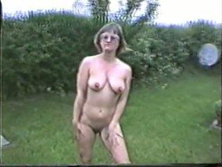 Yvonne naakt in de tuin