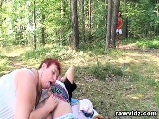 Curious tiener joins oud koppel voor trio seks outdoors