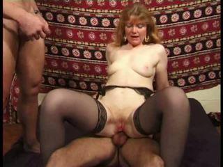 Martine, rijpere anaal banged in kniekousen video-