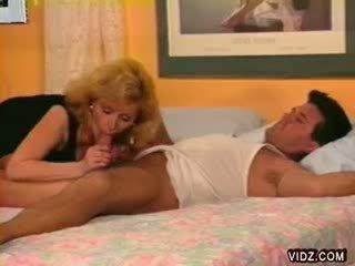 Blond prostituee crawls op slapen dekhengst