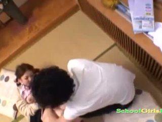 Κορίτσι του σχολείου licked και fingered με guy τσιμπουκώνοντας του καβλί επί ο πάτωμα σε ο roo