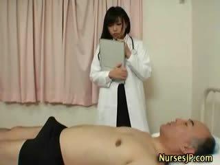 Geil japans verpleegster gives hand baan