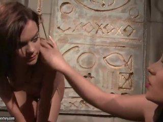 Jong meesteres punishing haar slavegirl