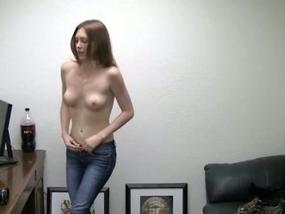 Alicia takes 她的 短裤 离. 她 needs 金钱