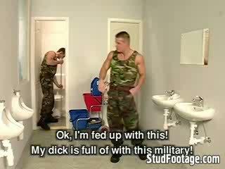 Три військовий guys смоктати кожен інші dicks і отримати трахкав в the ванна кімната