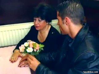 Сексуальна бабуся gets трахкав в restaurant