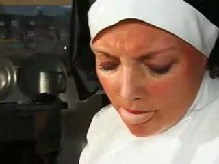 Didelis chested apkūnu vienuolė fucks & sucks
