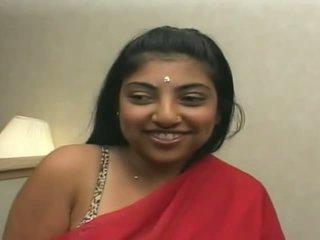 Красива индийски gets sticky jizz всички над тя лице