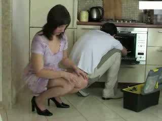 Νοικοκυρά και repairman βίντεο