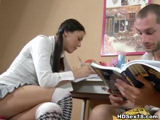 Mladý bruneta turns studying do príťažlivé sex