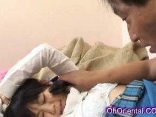 Nauw jong aziatisch schoolmeisje