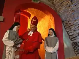 Priest teaches nuns كيف إلى اللعنة مع لعبة فيديو