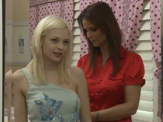 Pievilcīgas blondīne pusaudze par viens karstās mammīte lesbiete