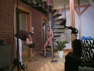 Silvia saint užkulisiai filming a solo scena apie a stair (hd)
