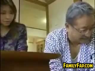 Asiatique étape fille avec la vieux homme