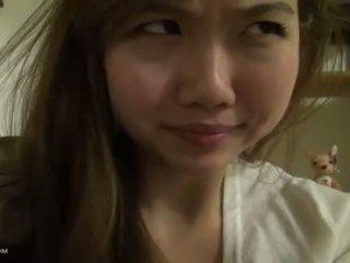 Perfect rondborstig aziatisch tiener bij thuis