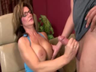 Nerātnas mammīte ar brilles raušana dzimumloceklis
