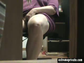 Mum beccato masturbare sotto il scrivania