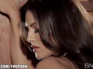 Seductive indieši beauty strips uz leju un fingers viņai sārts vāvere