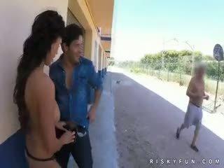 Offentlig nudity teasing till het avsugning