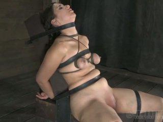 Painful clamping voor beautys tieten