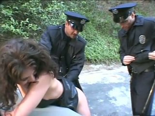 Guy nonton gf fucked by two cops !