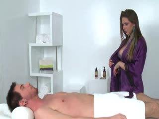 Masseuse gets licked kamēr nepieredzējošas dzimumloceklis par klients