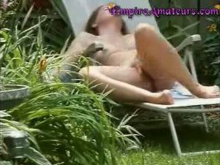 Betrapt masturberen in lawn stoel