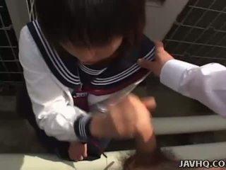 Jaapani teismeline sisse a koolitüdruk õues suhuvõtmine lõbu