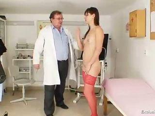 Kinky gyno dokter fingers poesje van heet brunette