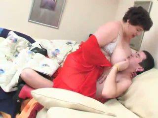 Emma nagymellű wakes egy tini fiú -val neki hatalmas cicik és fucks
