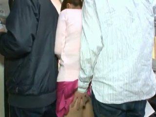 क्यूट कोरियन teenager having उसकी ब्राउन आंख और coochie touched में crowded बस