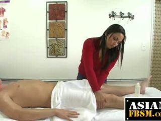 Krūtainas aziāti masseuse gives vadītājs