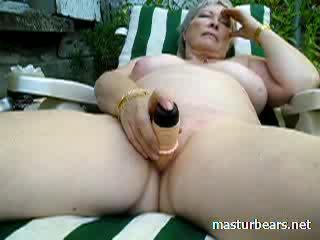 Vecmāmiņa alice toying vāvere uz the dārzs video