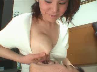 Japanilainen äiti breastfeading video-