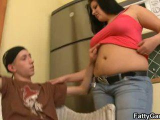 섹시한 플럼 퍼 seduces an 젊은 dude