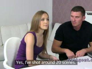 Female agent jāšanās uz trijatā