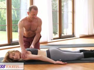 Fitnessrooms vies yoga leraar op adembenemend fitness.