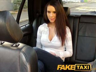 Faketaxi pievilcīgas brunete gets fucked par taxi aizmugurējais sēdeklis - porno video 461