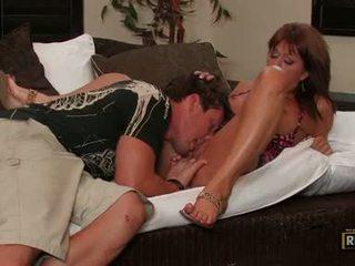 Sexually excited momma desi foxx hooking উপর তার অশ্লীল মুখ উপর একটি রসালো কঠিন meatpole
