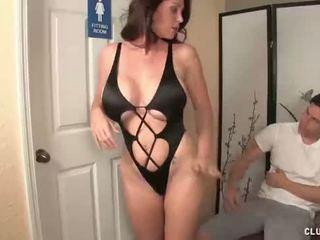 Zangado step-mom a masturbar o jovem homem