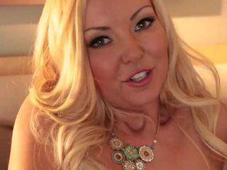 Blonda aaliyah dragoste shows de pe ei corp