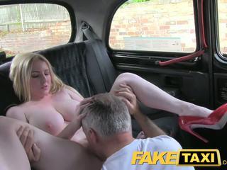Faketaxi blonde bombasse avec grand seins gets magnifique creampie en taxi