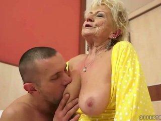巨乳 奶奶 gets 她的 毛茸茸 的陰戶 性交