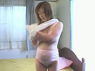 Grūtniece aziāti has sensitive krūšgali