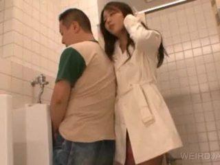 Bitchy azjatyckie nastolatka gives robienie loda w publiczne